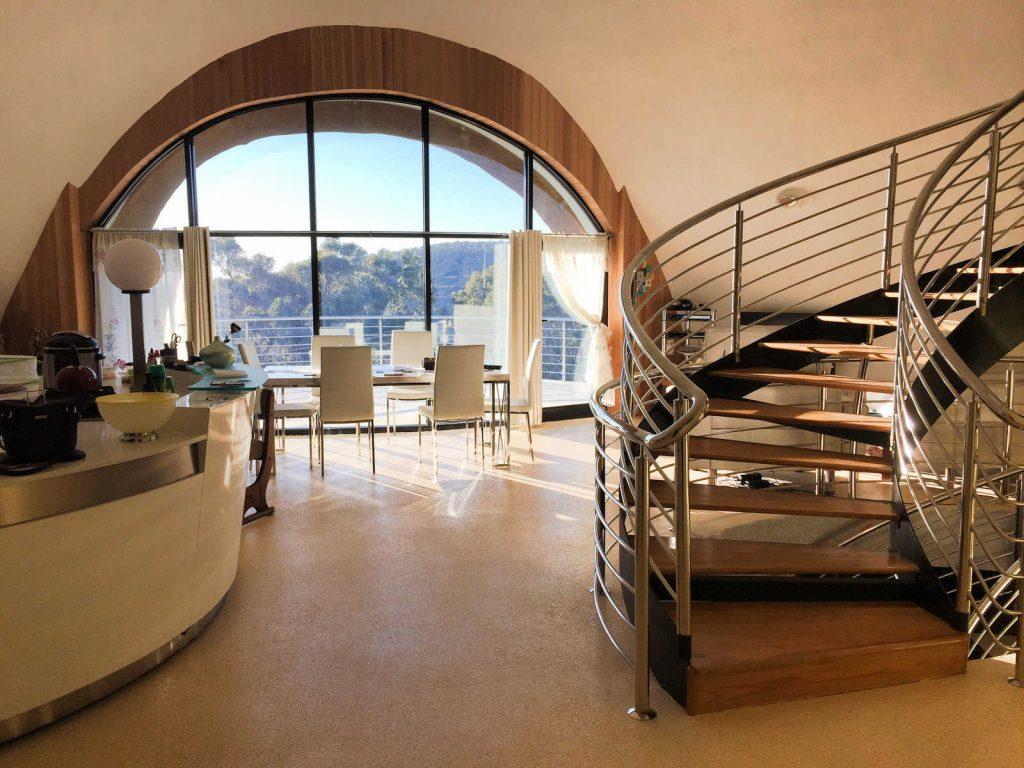 طراحی داخلی منحصر به فرد و زیبا با خطوط منحنی و دوار